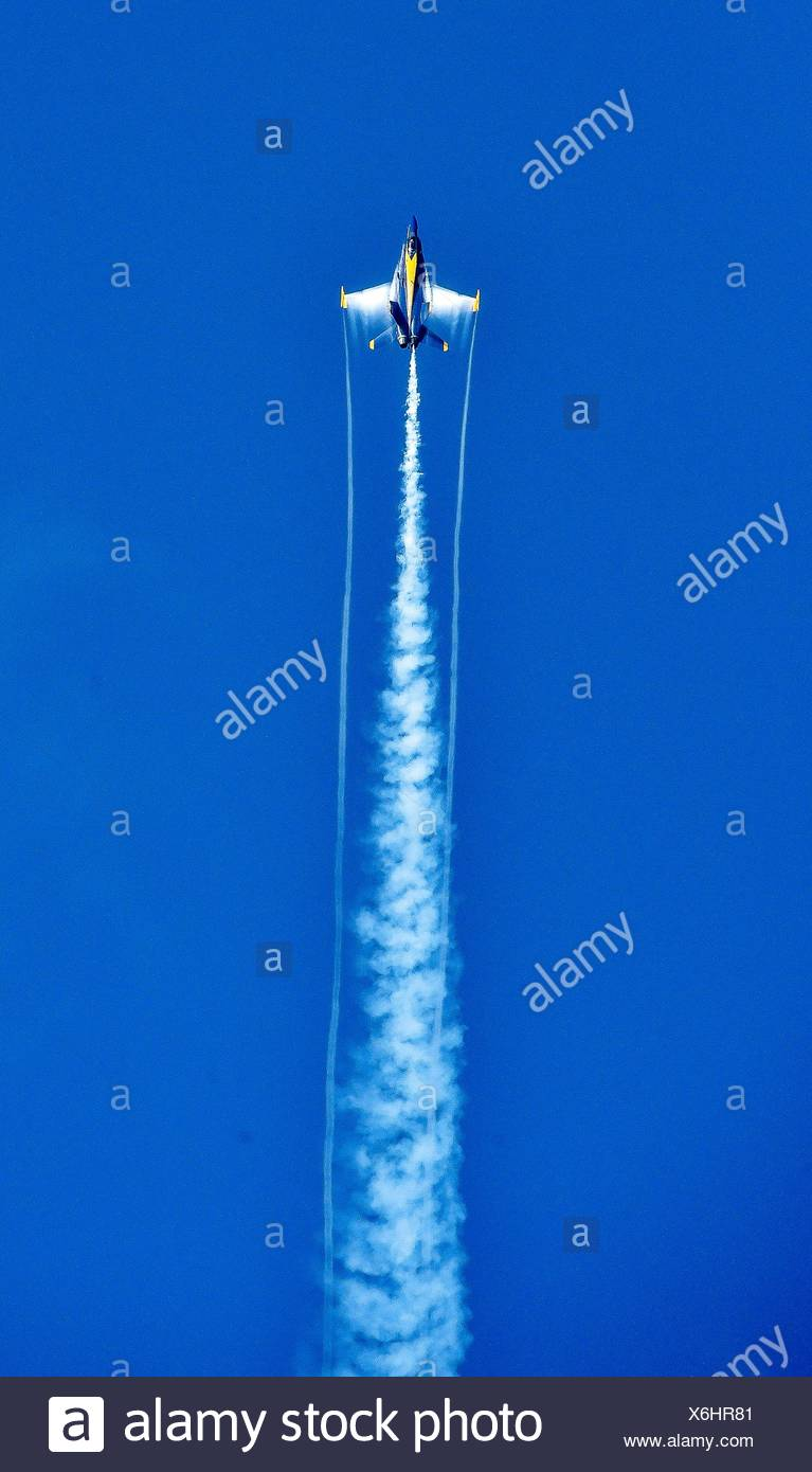 JACKSONVILLE, Fla. (Nov. 5, 2016) U. S. Navy Flight Demonstration Squadron, the Blue Angels, Opposing Solo #6 Cmdr. Frank Weisser completes the Sneak - Stock Image