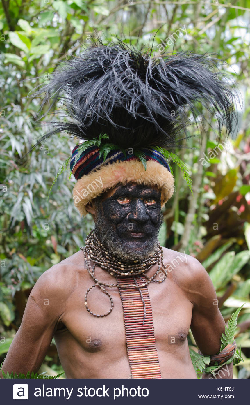 Clan chief at Paiya in Western Highlands with Cassowary head dress Papua New Guinea - Stock Image