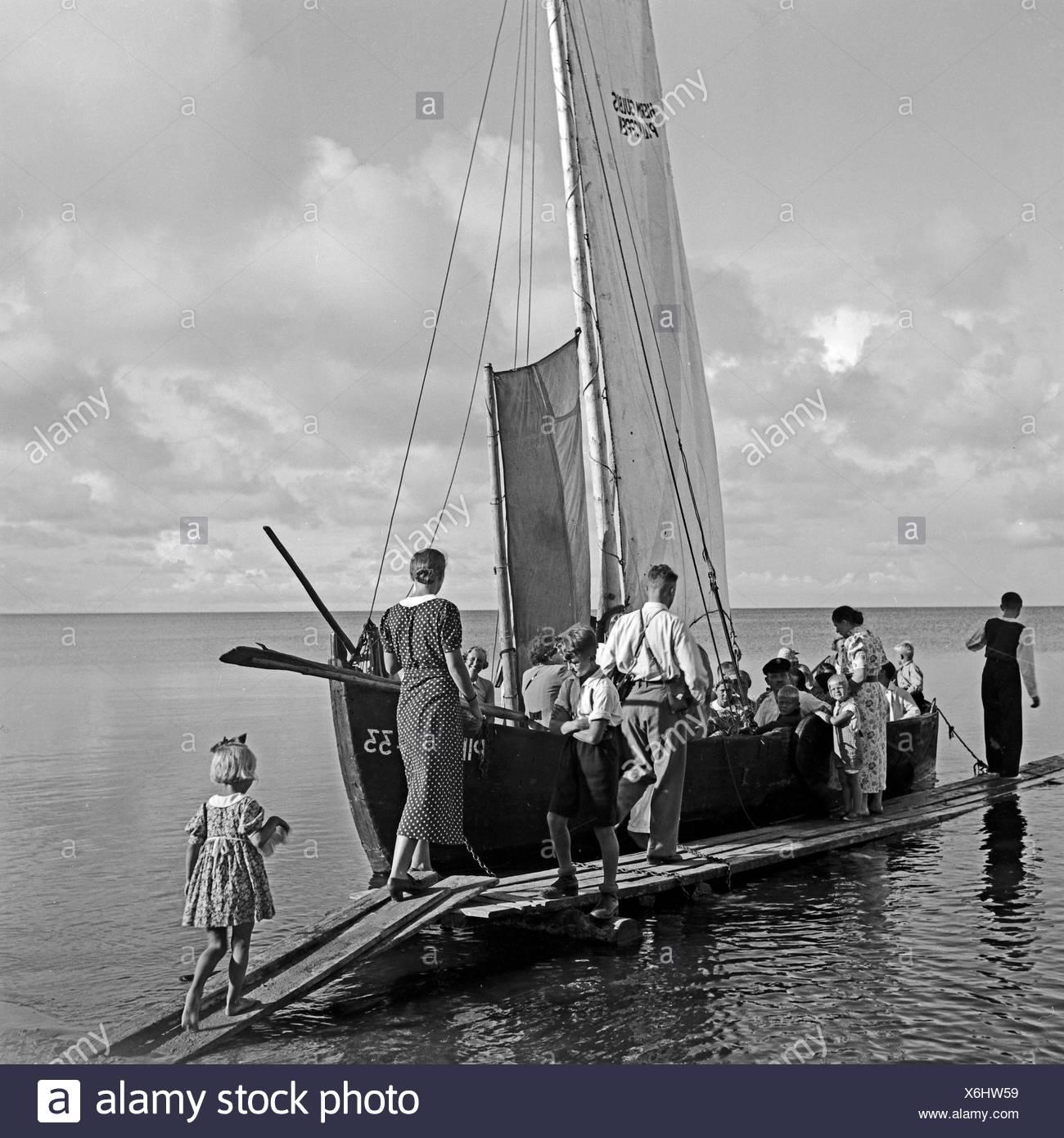 Ein Segelboot als Personenbeförderung nahe Pillkoppen an der Ostsee in Ostpreußen, Deutschland 1930er Jahre. A sailing boat as a means of public transport at Pillkoppen in East Prussia, Germany 1930s. - Stock Image
