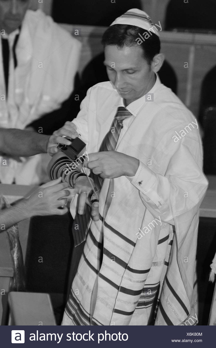 France, Paris, Interior of a synagogue laying tefillin (phylacteries) during ceremony - Stock Image