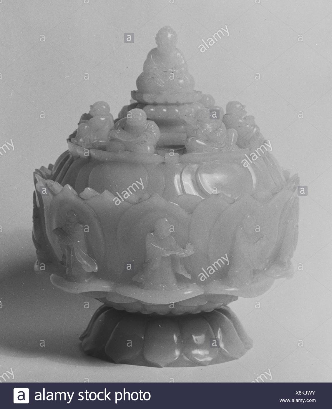 Covered bowl. Period: Qing dynasty (1644-1911), Qianlong period (1736-95); Culture: China; Medium: Jade; Dimensions: H. 6 5/16 in. (16 cm); - Stock Image