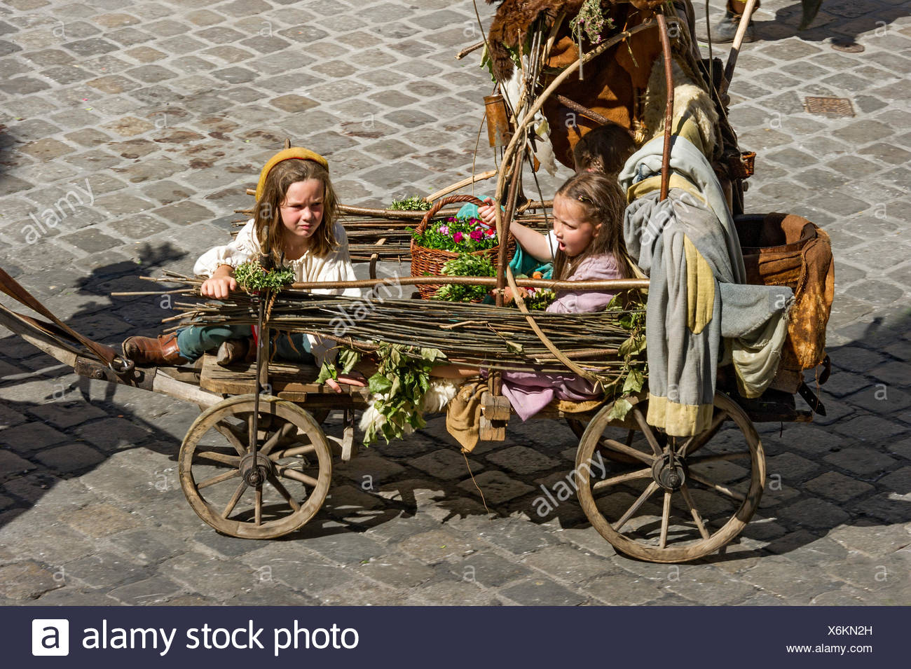 Children in an impoverished cart, wedding procession of the 'Landshut Wedding', historic center, Landshut, Lower Bavaria - Stock Image