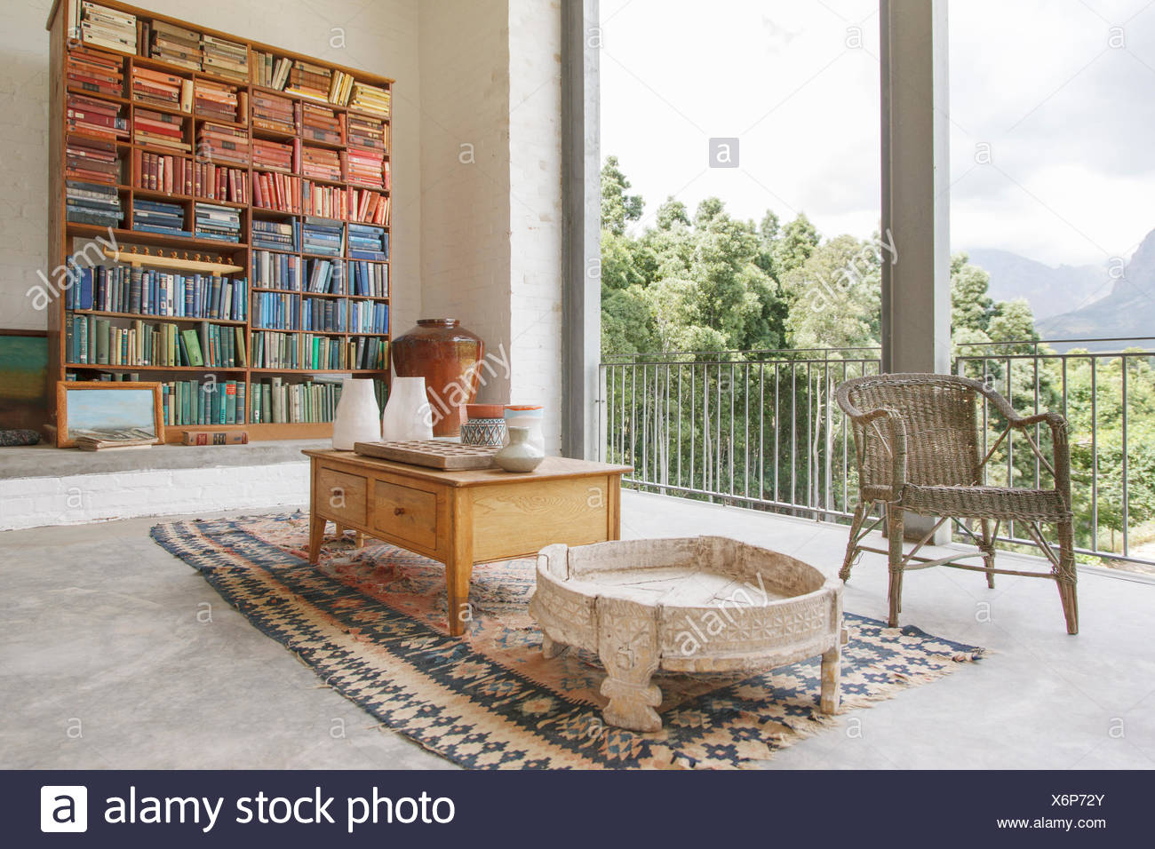 Bookcase and coffee table in modern house - Stock Image