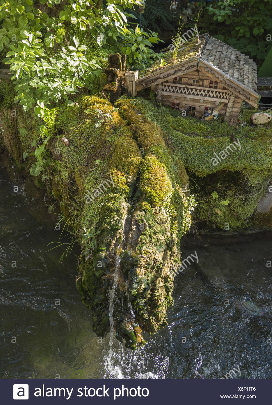 Gartenanlage mit kleinem Häuschen und Wasserfall in Diessen am Ammersee, Bayern, Deutschland, Europa - Stock Image