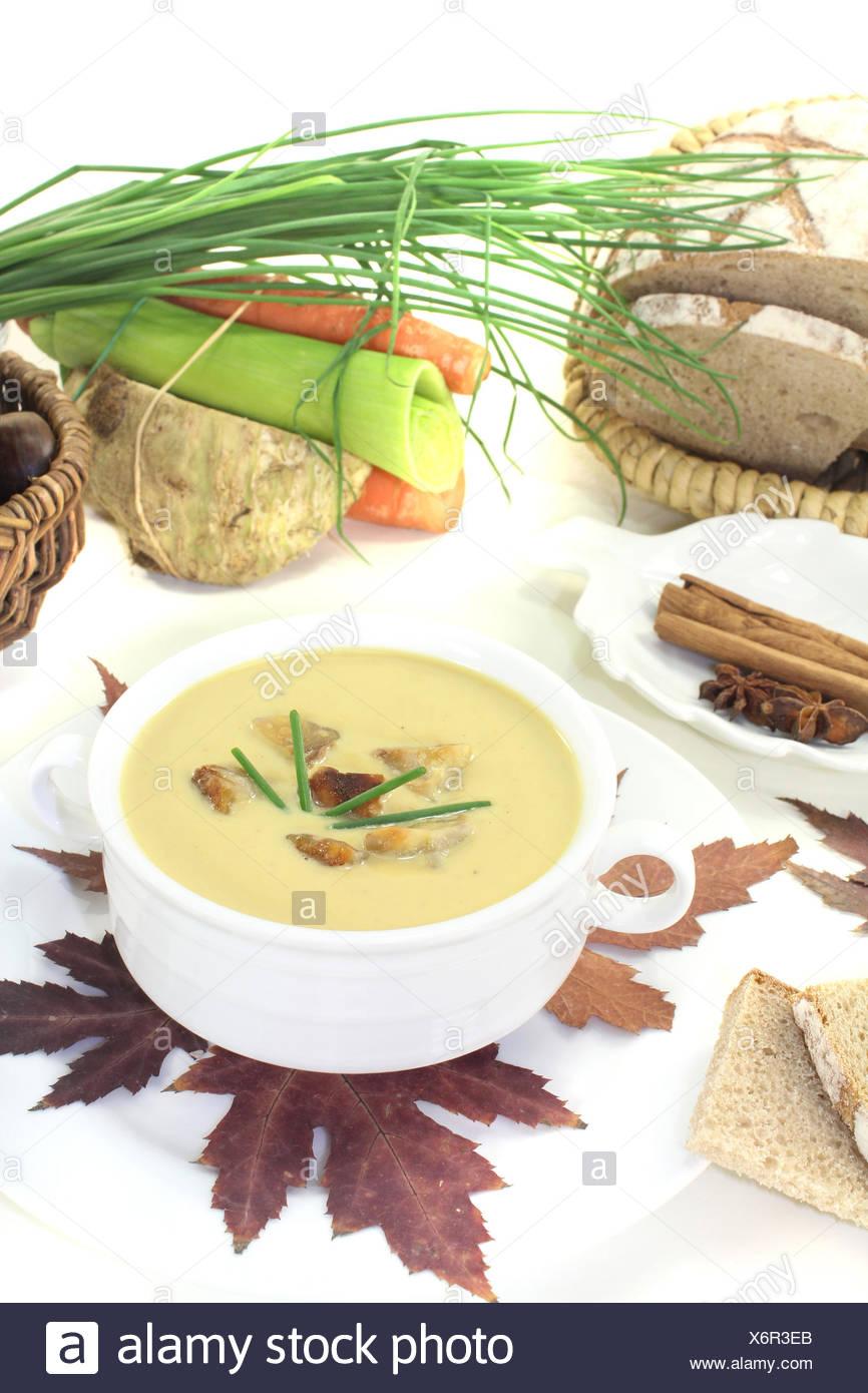leckere Maronensuppe mit Brot vor hellem Hintergrund - Stock Image