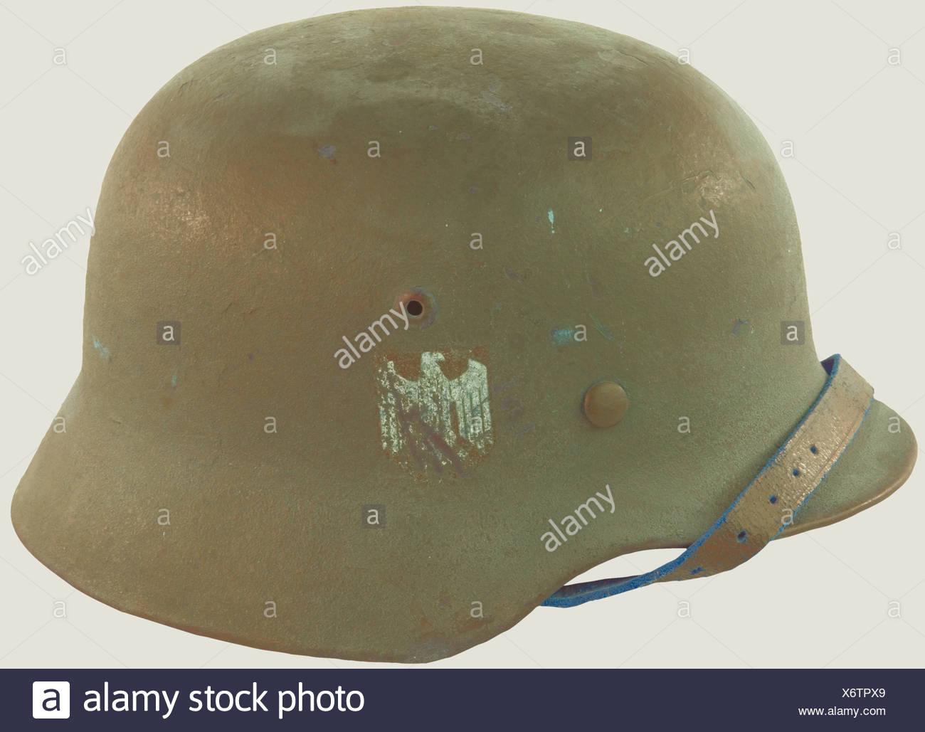 Wehrmacht, Casque modèle 35/40, comportant un insigne visible à 50%, belle peinture, complet avec son intérieur et sa jugulaire (un peu abimée)., , Additional-Rights-Clearances-NA - Stock Image