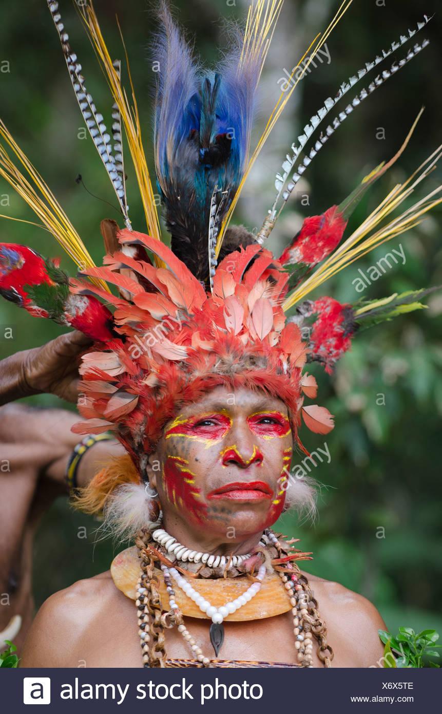 Jiwika tribal dancer having her head dress prepared Paiya Sing-sing Western Highlands Papua New Guinea - Stock Image