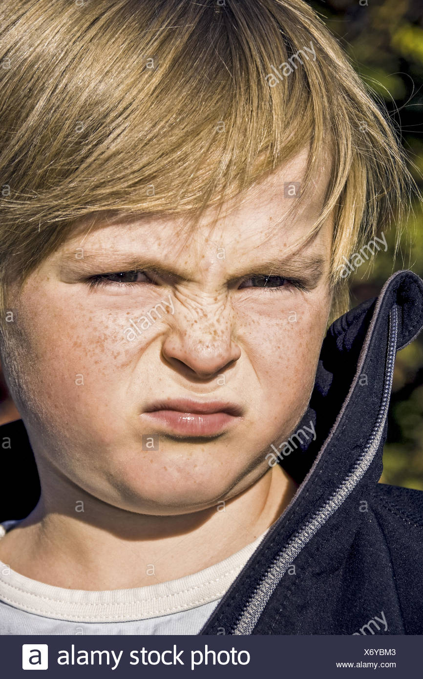 Kleiner Junge ruempft die Nase, Portraet (model-released) Stock Photo