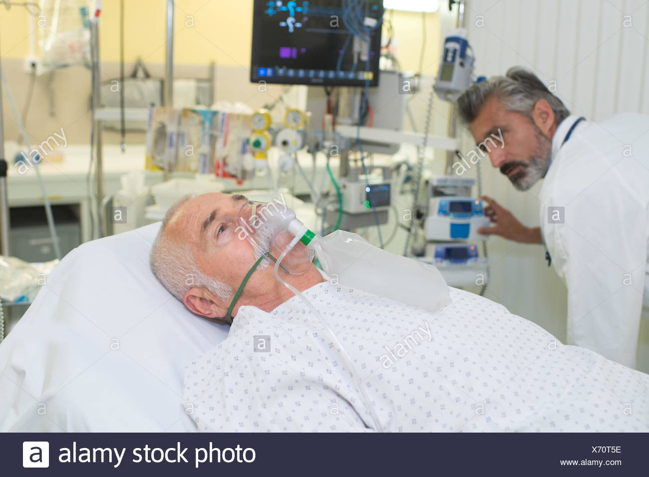 Attrayant Man In Hospital Bed Oxygen Mask Stock Photos U0026 Man In ...