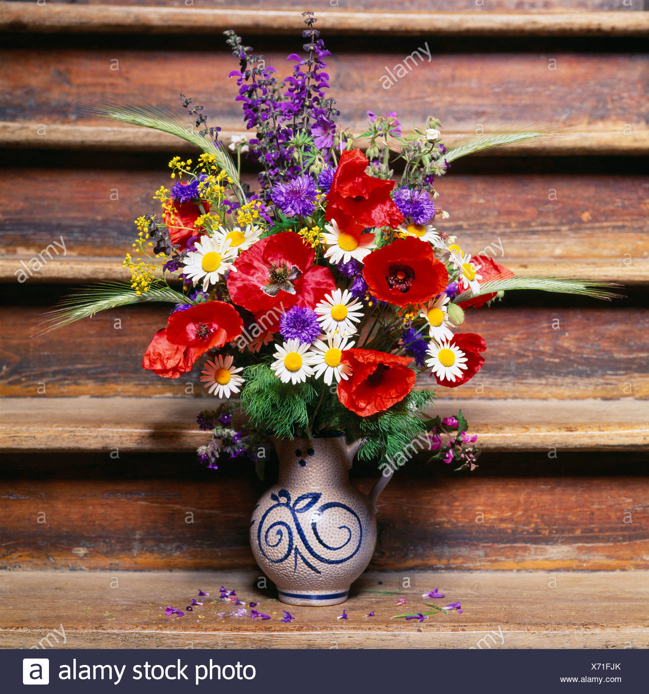 Summery bouquet of flowers on an old staircase - Stock Image