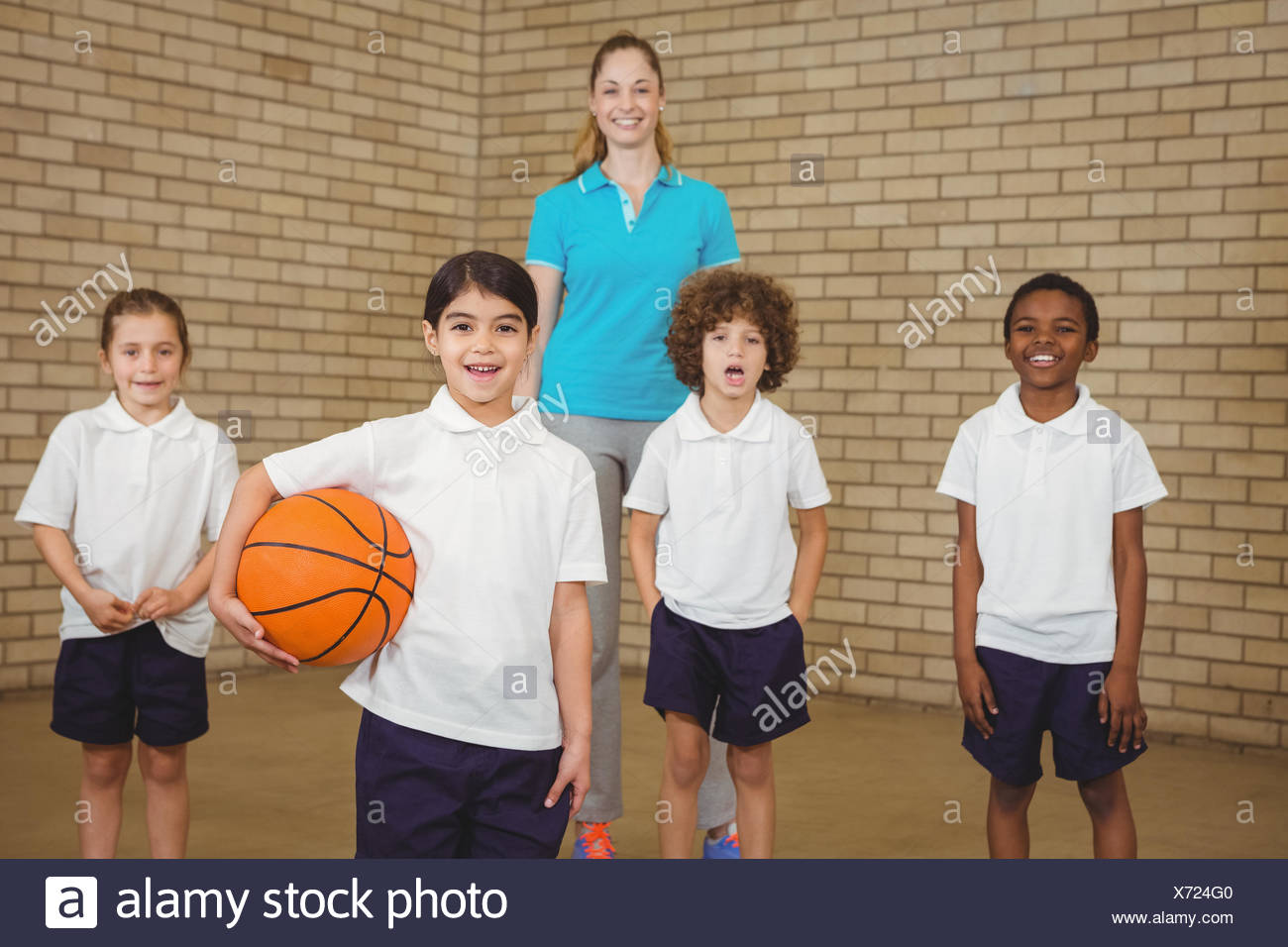 Students together about to play basketball - Stock Image