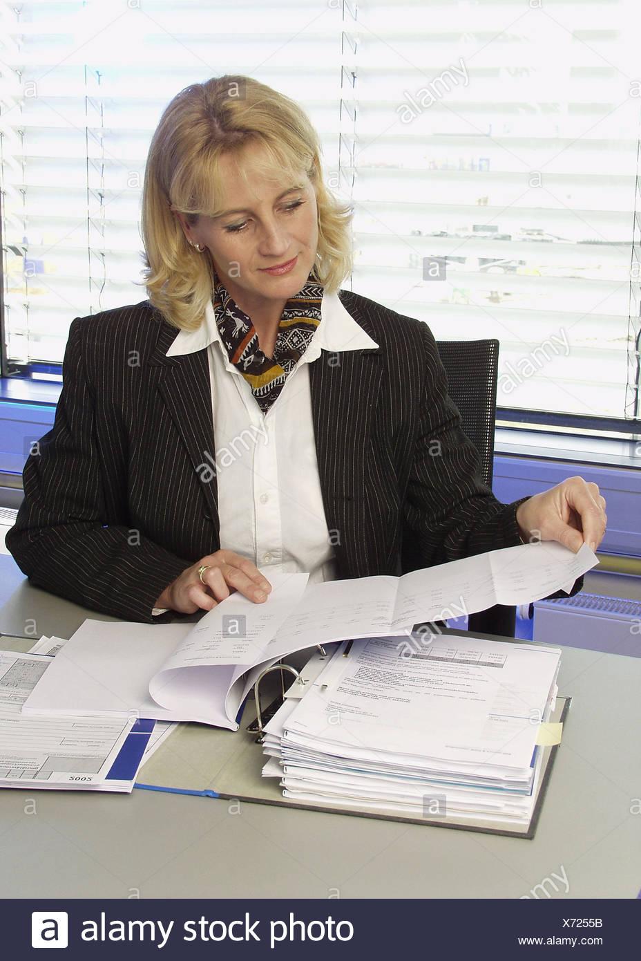 Frau Unterlagen Akten Angestellte Buero Chefin Bueroangestellte Business Dokumente Durchlesen Durchsehen Geschaeftsfrau Korrektu Stock Photo