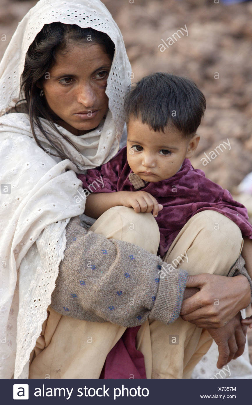 Woman and her son in the earthquake area in Pakistan - Stock Image
