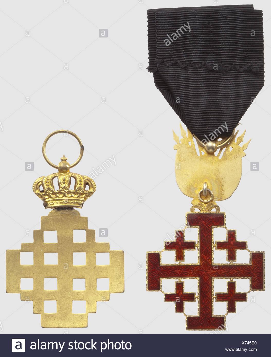 Ordre Equestre du Saint Sépulcre, chevalier, en bronze doré, du 2ème type. Chevalier, en vermeil, du 3ème type (1907), surmonté du trophée d'armes, , Additional-Rights-Clearences-NA - Stock Image