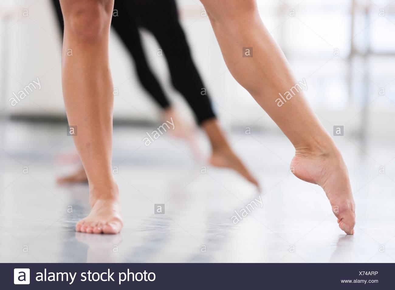 Dancers bare feet en pointe - Stock Image