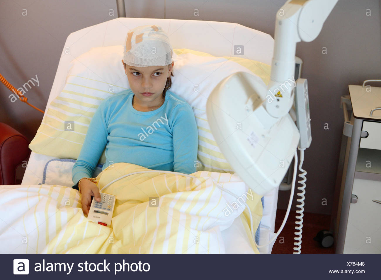 Clinic, ward, patient, girl, injures, head, online, watch TV, seriously, sadly, hospitalisation, sick person's station, pediatric clinic, children's ward, sickbed, person, child, only, lie, sit, ill, fixed up, association, head association, head injury, injury, pains, thoughtfully, loneliness, boredom, deflection, courageously, convalescense, healing, TV, swivelling, swivel arm, Fernbedinung, childhood, medicine, inside, - Stock Image