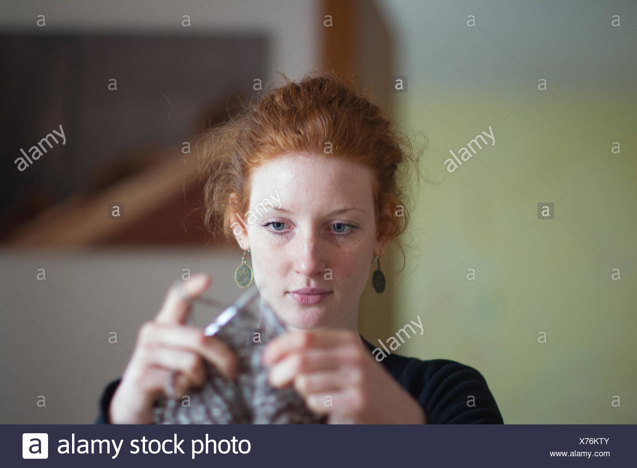 Young woman knitting - Stock Image