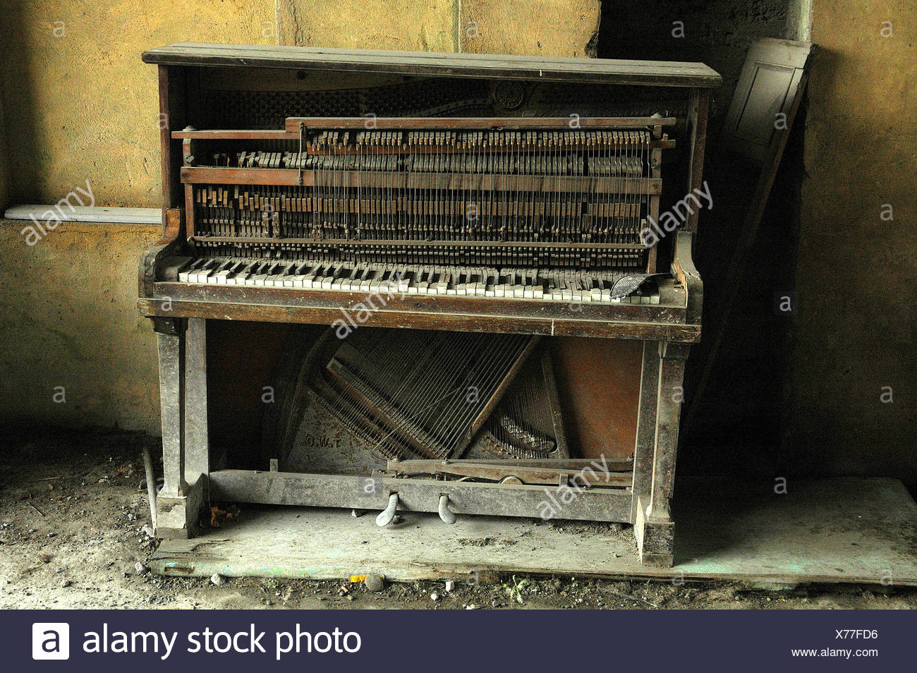 Abandoned piano and door & Abandoned piano and door Stock Photo: 279834274 - Alamy