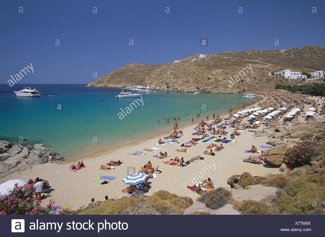 Griechenland, Kykladen, Insel Mykonos, Super Paradise Beach, Strandszene  Mittelmeer, südliche Ägäis, Cyclades, Kyklades, Mikonos, Küste, Bucht, Strand, Übersicht, Urlaub - Stock Image