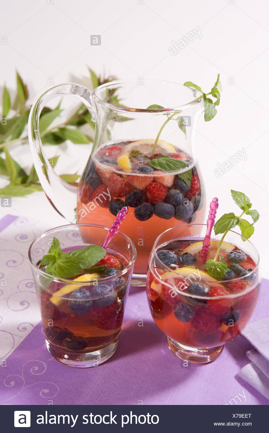 Decanter, glasses, berry punch, punch, ingredients, berries, raspberries, blueberrys, Minzblätter, mint leaves, refreshment, berry punch, alcohol, wine, white wine, - Stock Image