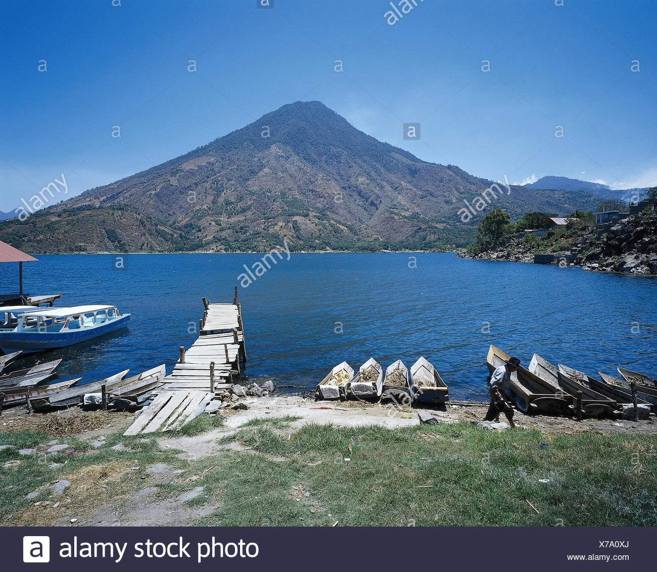 Guatemala, Atitlansee, Santiago, Atitlan, shore, fishing boats, volcano San Pedro Lateinamerika, highland region, Lago de Atitlan, lake, waters, mountain lake, shore, bridge, boots, mountain, volcano cone - Stock Image