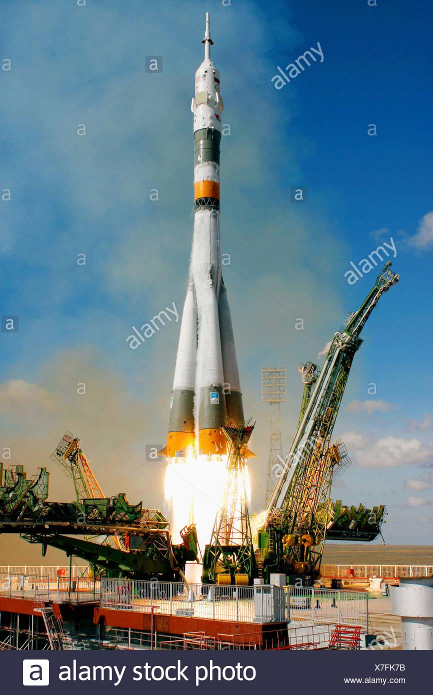 The Soyuz TMA-13 spacecraft, carrying Expedition 18 Commander Michael Fincke, Flight Engineer Yury V. Lonchakov and American - Stock Image