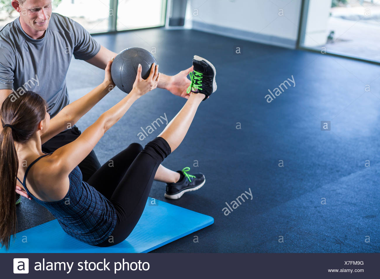 Couple working out with medicine ball - Stock Image