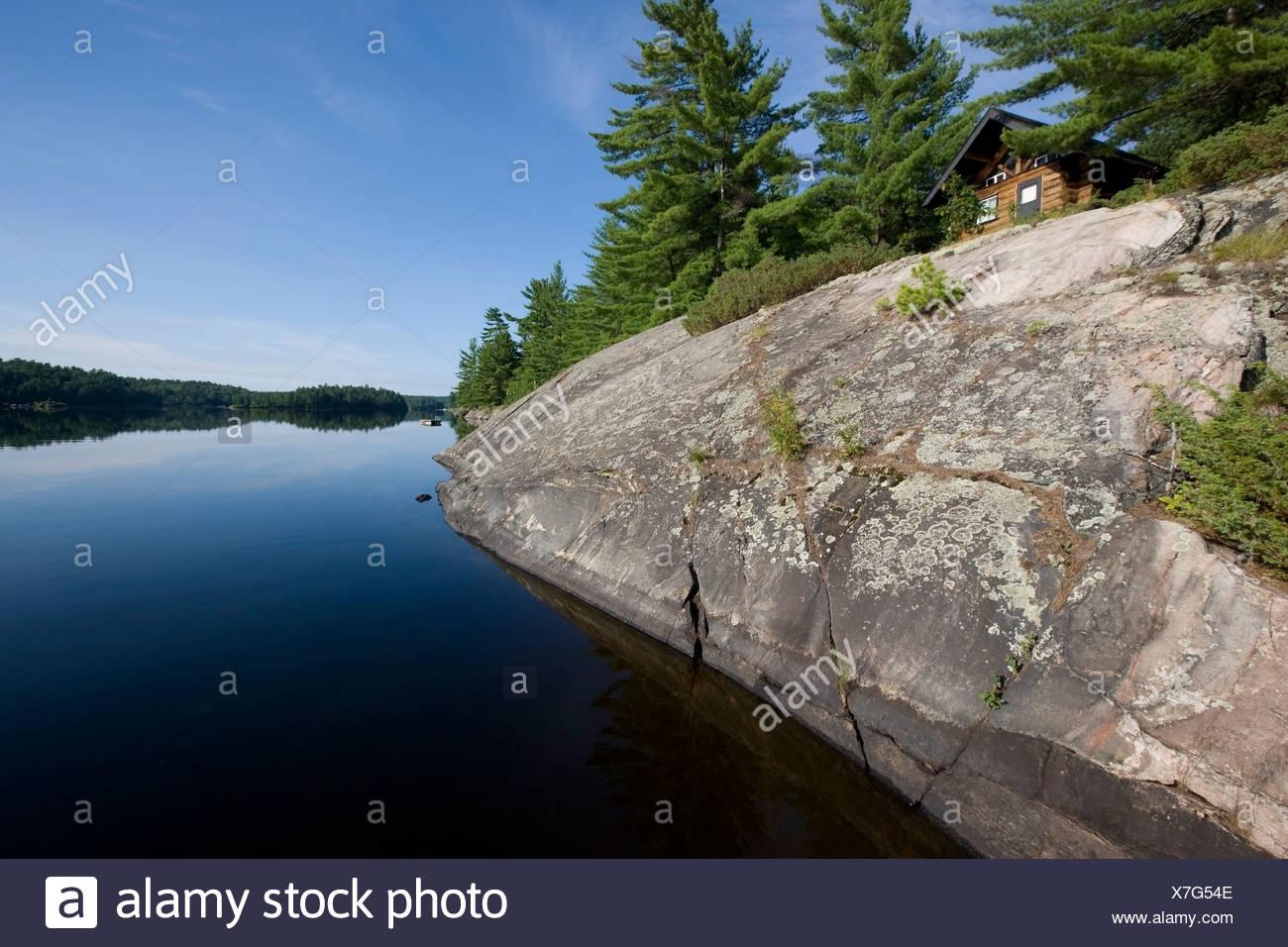 Cabin nestled amongst white pines on Rock Lake near Killarney, Ontario, Canada - Stock Image