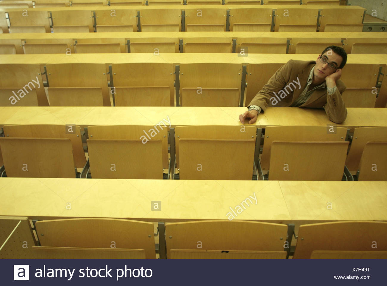 Auditorium, student, only, boredom, wait university, university, college, advanced technical college, study, man, head rest on, punctuality, Überpünktlichkeit, delay, student mangle, professor's mangle, lack teachers, educational policy, disinterest, abse - Stock Image