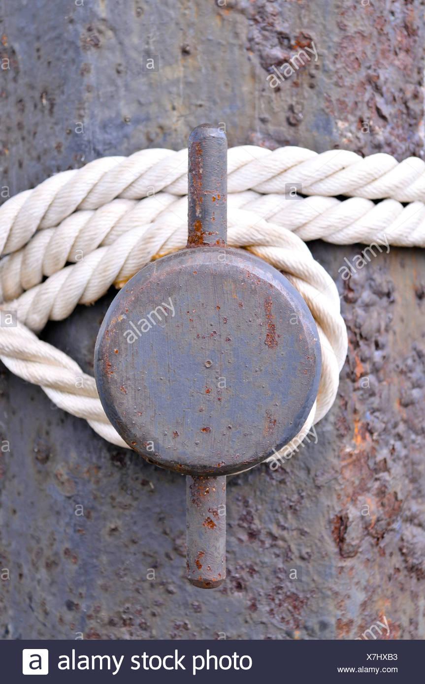Rope on a rusty ship bollard - Stock Image