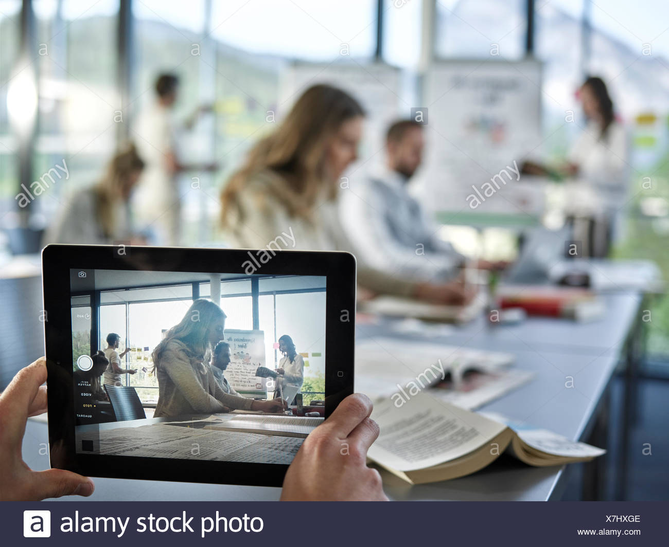 Photo with an iPad, Creative teamwork, presentation, brainstorming, project work, workshop, training, seminar for executives - Stock Image