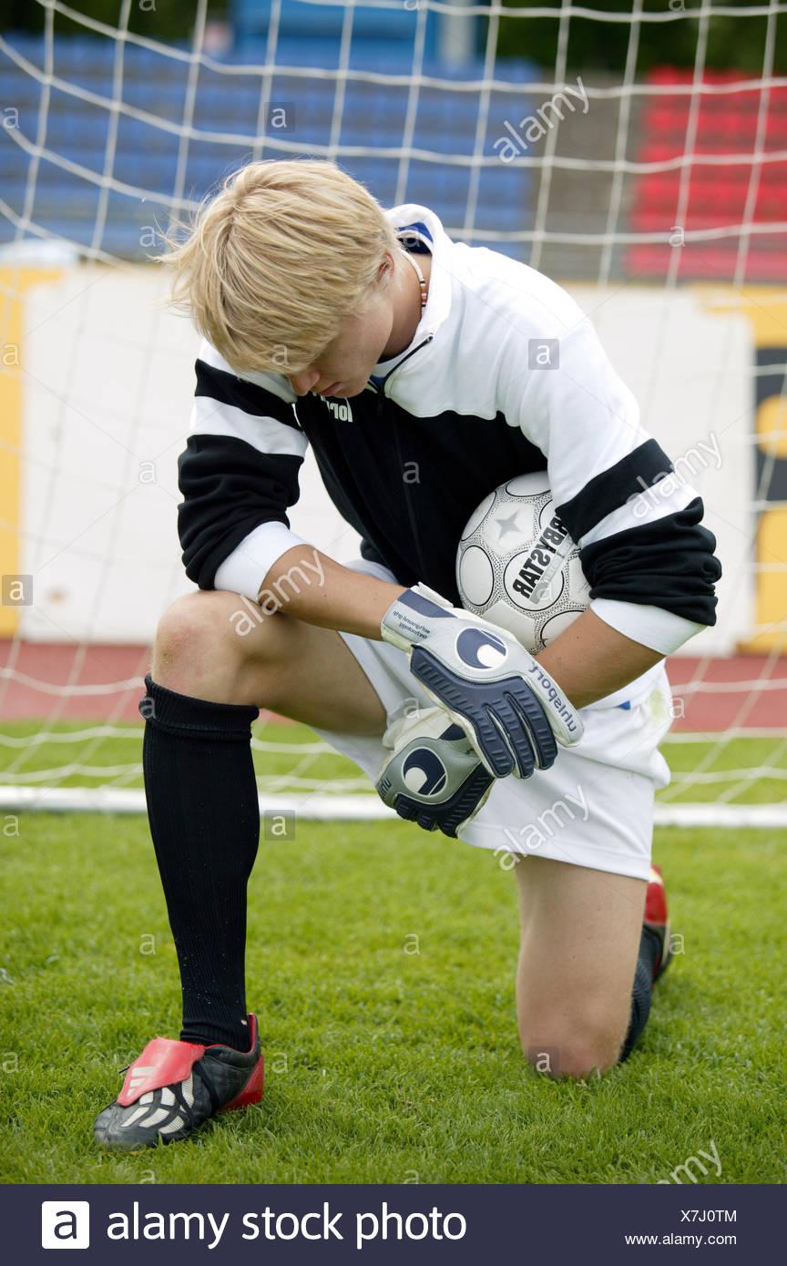 Fu?ball Fussball Spieler Torwart Torhueter Keeper Gestik Resigniert Resignation Knien Verlieren Verlierer Ballspiel Mannschaftss - Stock Image