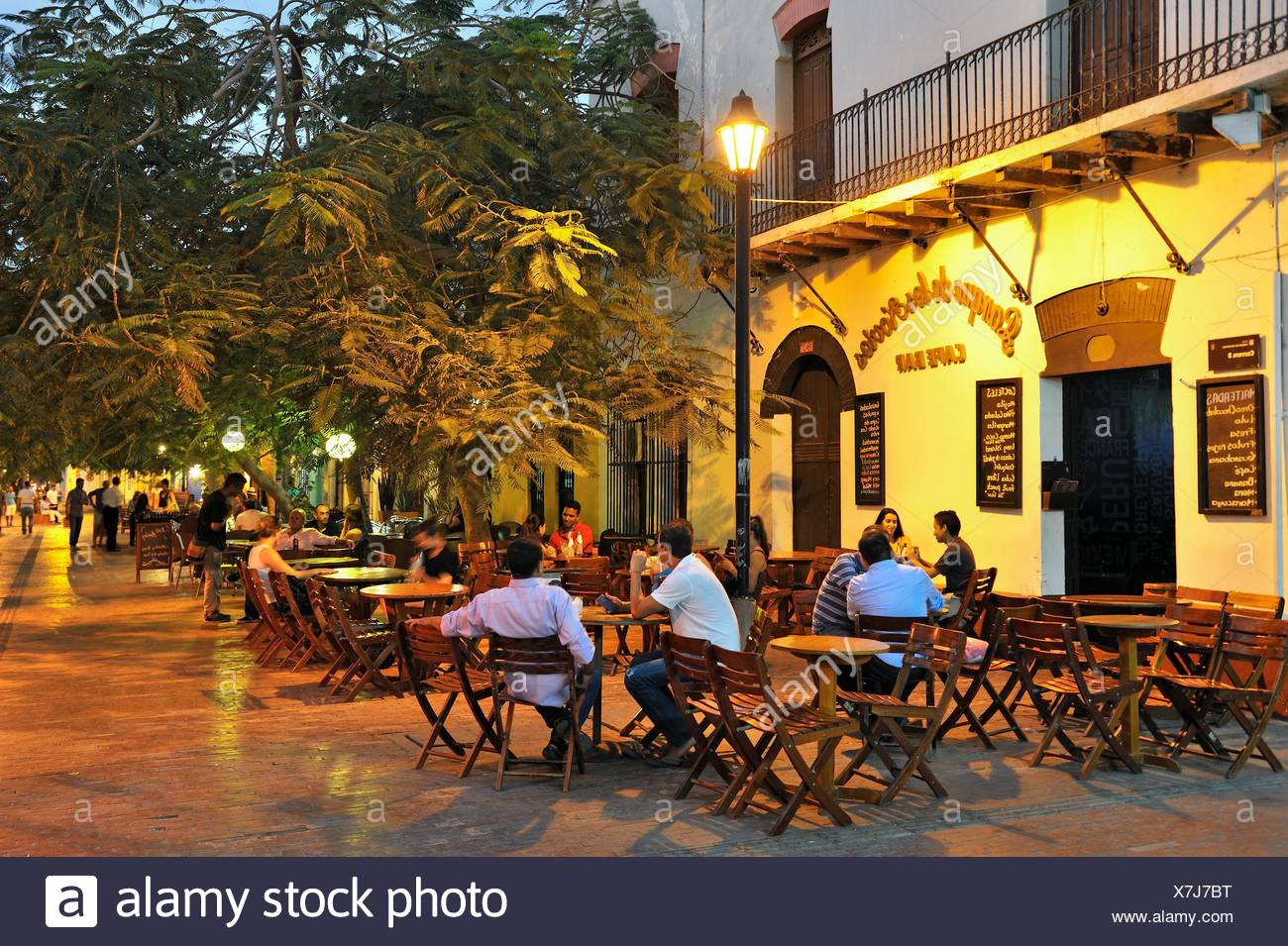 sidewalk cafe on the ´´Parque de los Novios´´ (courting couple´s square), Santa Marta, department of Magdalena, Caribbean Region, Colombia, South - Stock Image