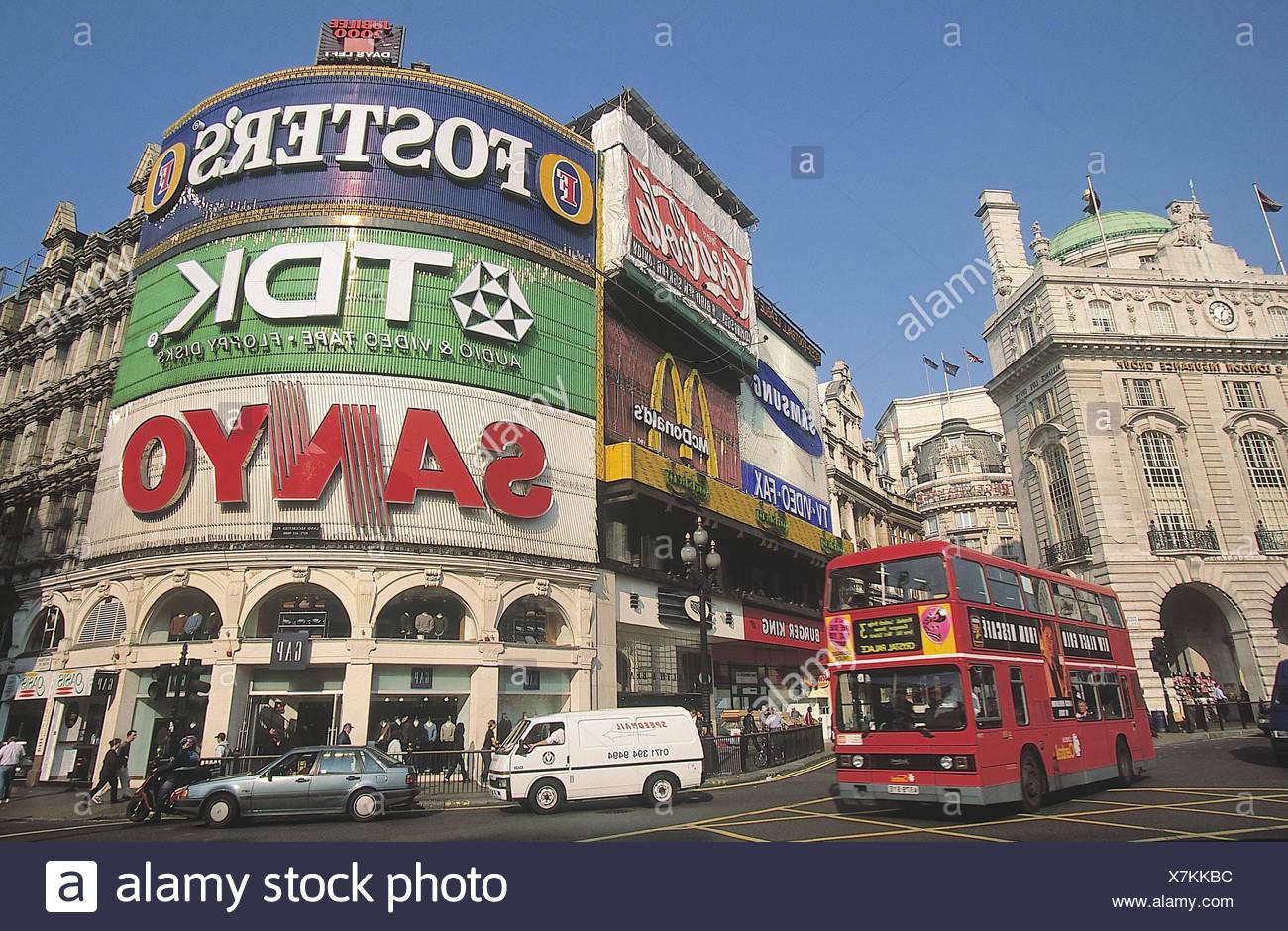 Großbritannien, London, Piccadilly Circus, Straßenszene,  Doppeldeckerbus England, Hauptstadt, Sehenswürdigkeit, Verkehr, Straße, Bus, rot, Personenbeförderung, Verkehrsmittel, öffentlich, außen, - Stock Image