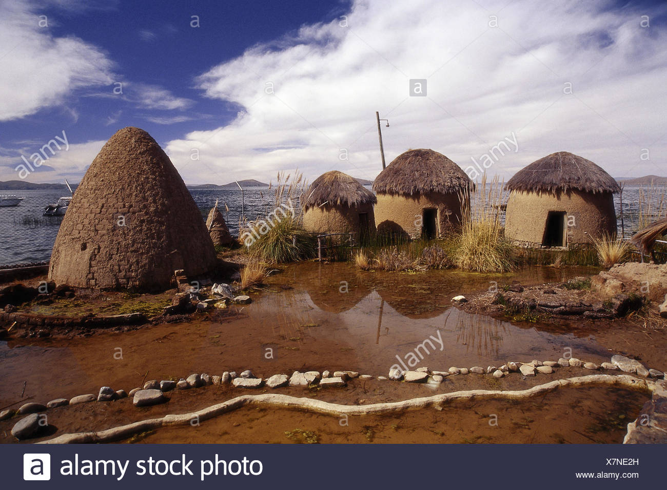 Bolivia, Titicacasee, shore, mucky hut, traditionally, outside, hut, houses, accomodation, water, lake, loam, construction method, tradition, grass roofs, - Stock Image