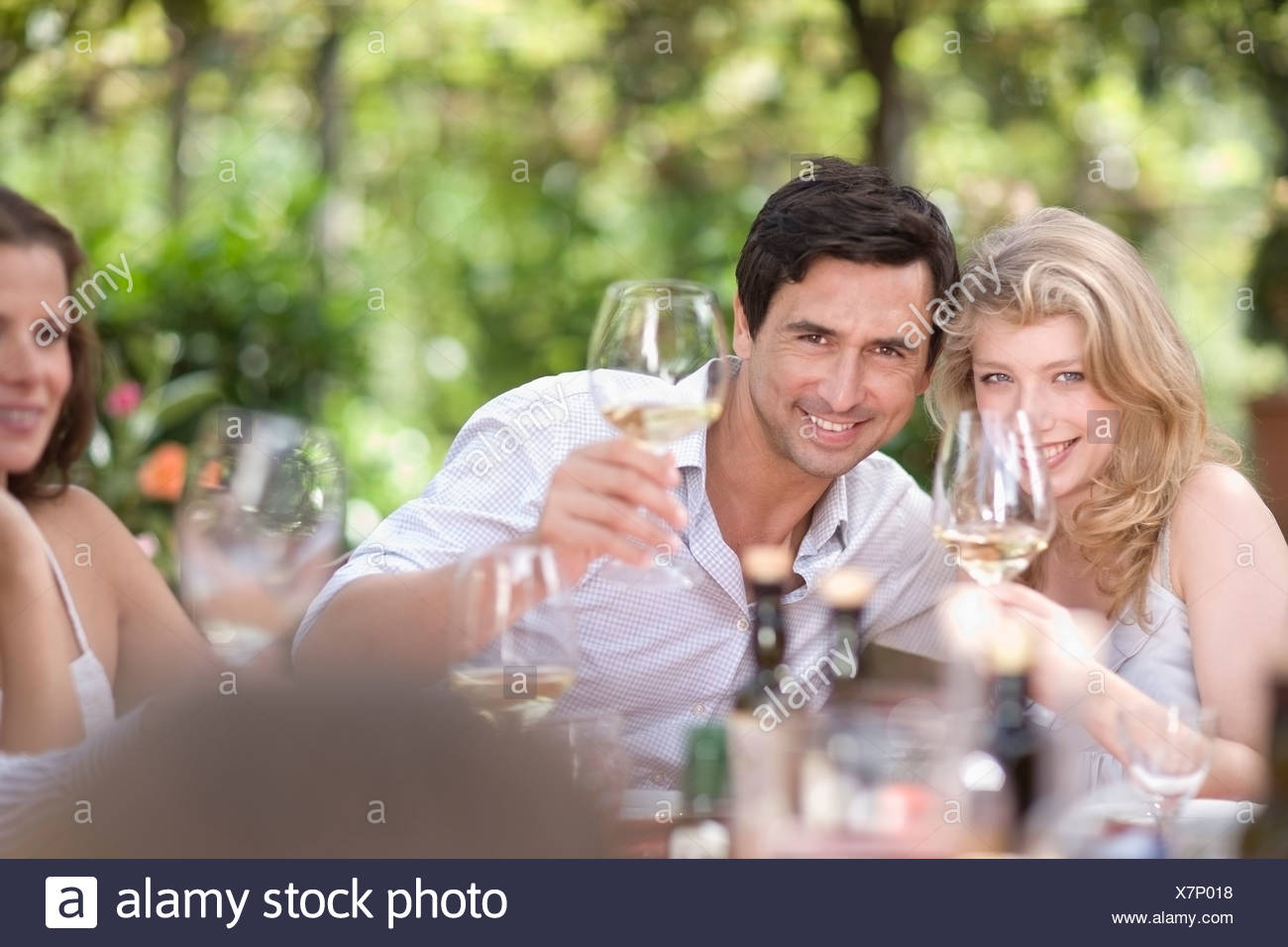 Crowd clinking glasses - Stock Image