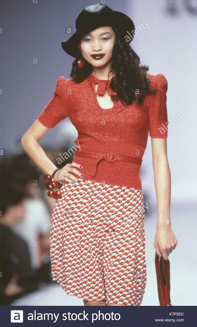 828d286d8788 Anna Sui Ready to Wear Spring Summer Model long black curly hair wearing  black hat red