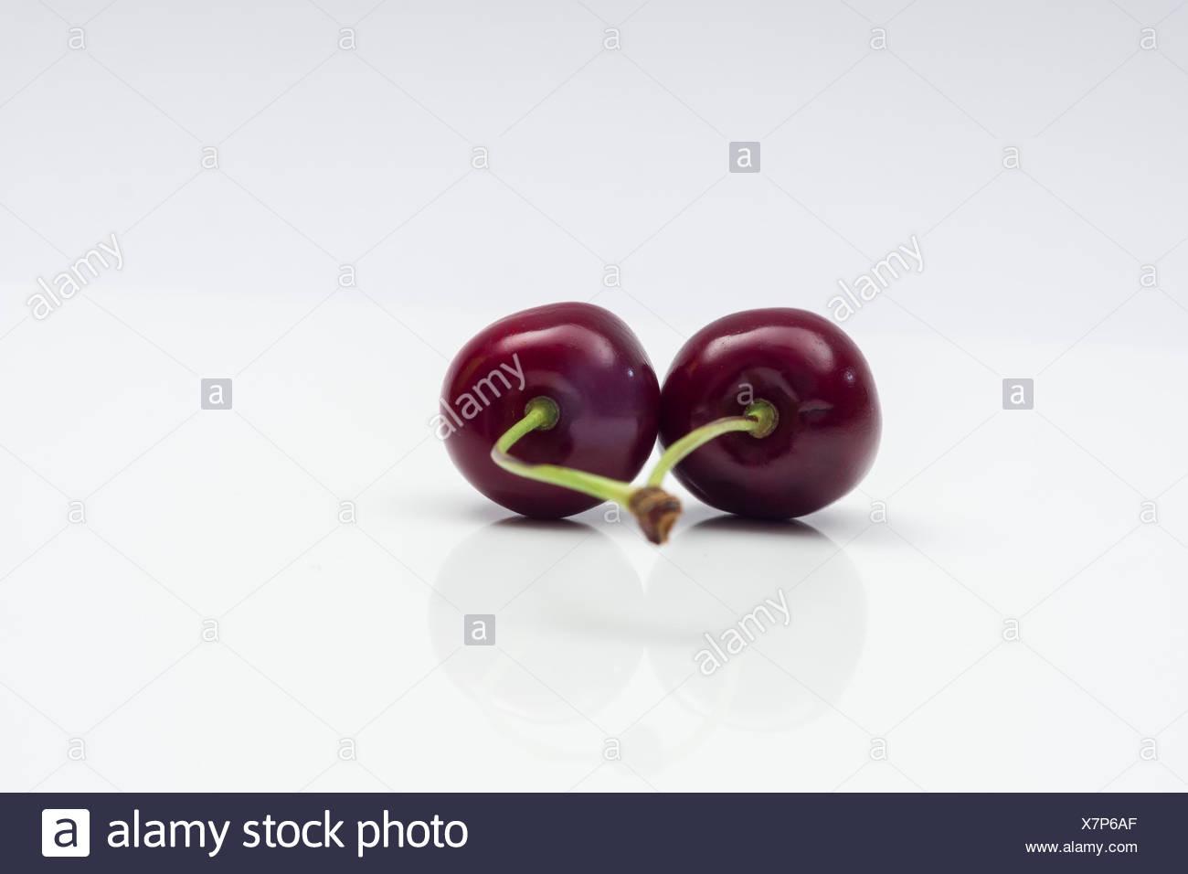 Kirschenpaar auf weißem Hintergrund Stock Photo
