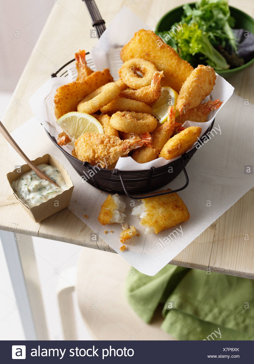 Bowl of onion rings and fried prawns - Stock Image