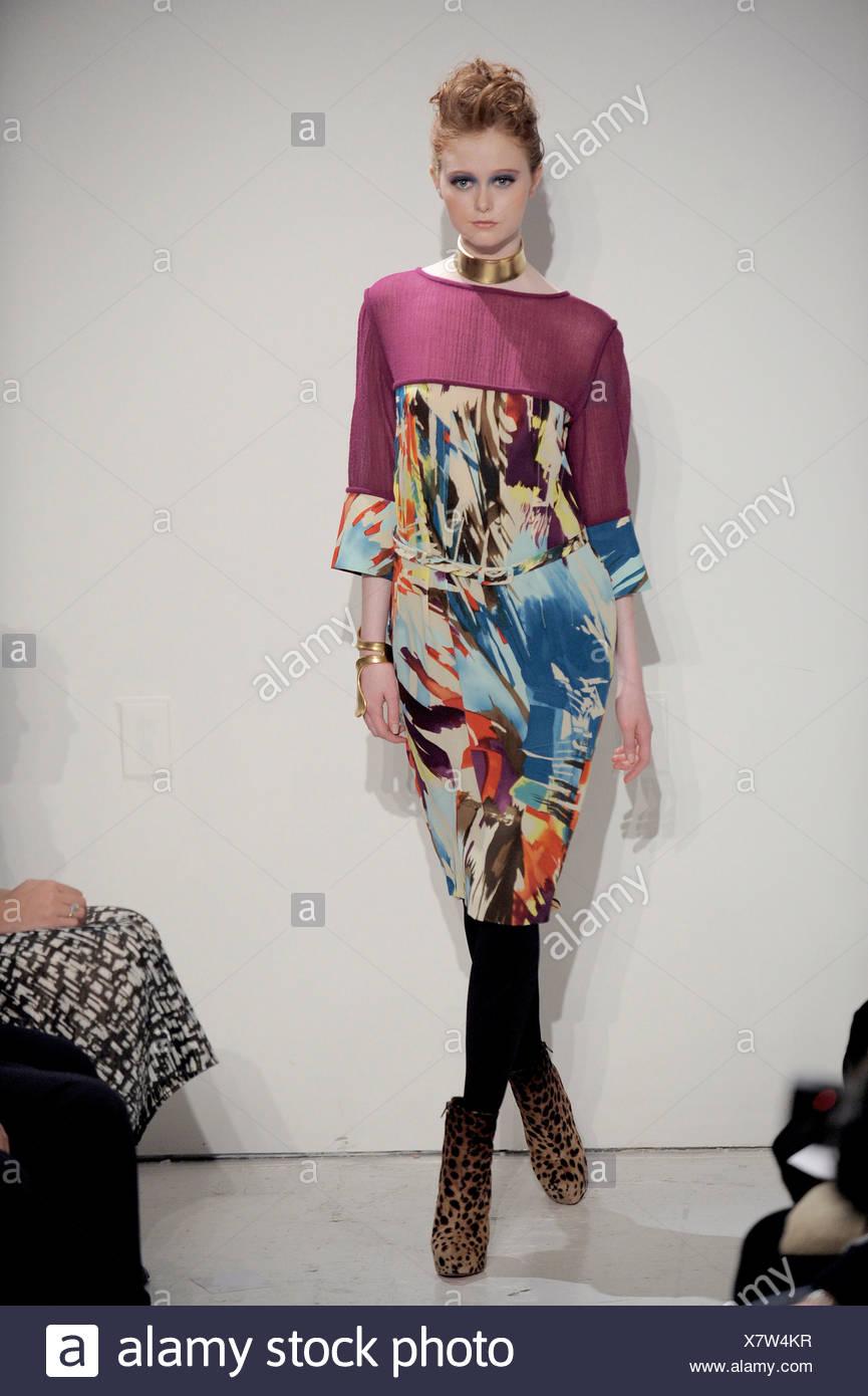 86e8de555810 Stephen Burrows New York Ready to Wear Autumn Winter Knee length  multicoloured print dress black tights