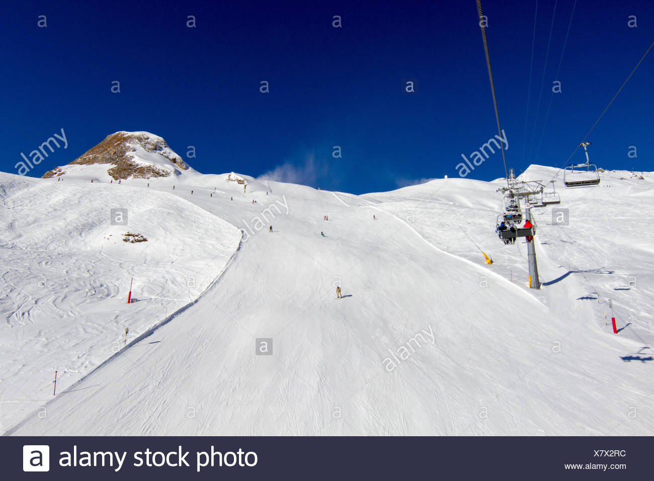 Ski slope with chairlift and clear blue sky. - Stock Image