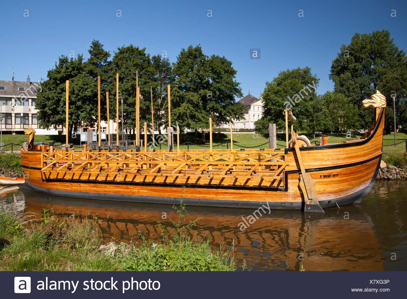 replica-of-a-roman-wine-boat-stella-noviomagi-or-star-of-neumagen-neumagen-dhron-moselle-rhineland-palatinate-publicground-X7XG3P.jpg