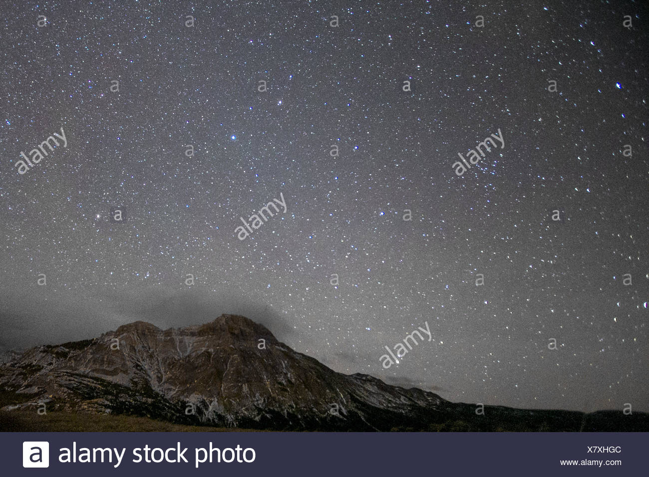 View of stars above mountain - Stock Image