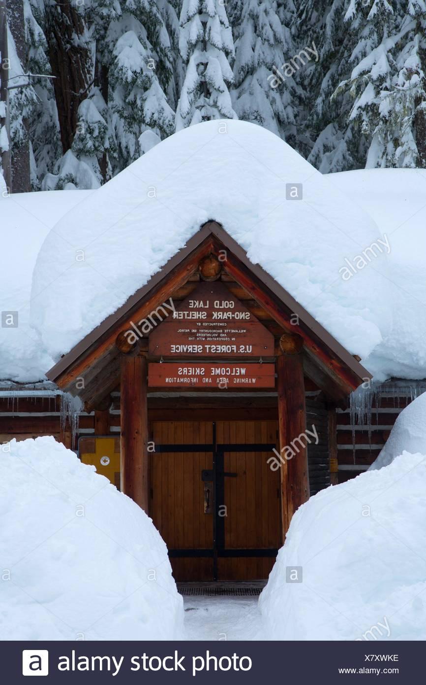 Gold Lake sno-park shelter, Willamette National Forest, Oregon. - Stock Image