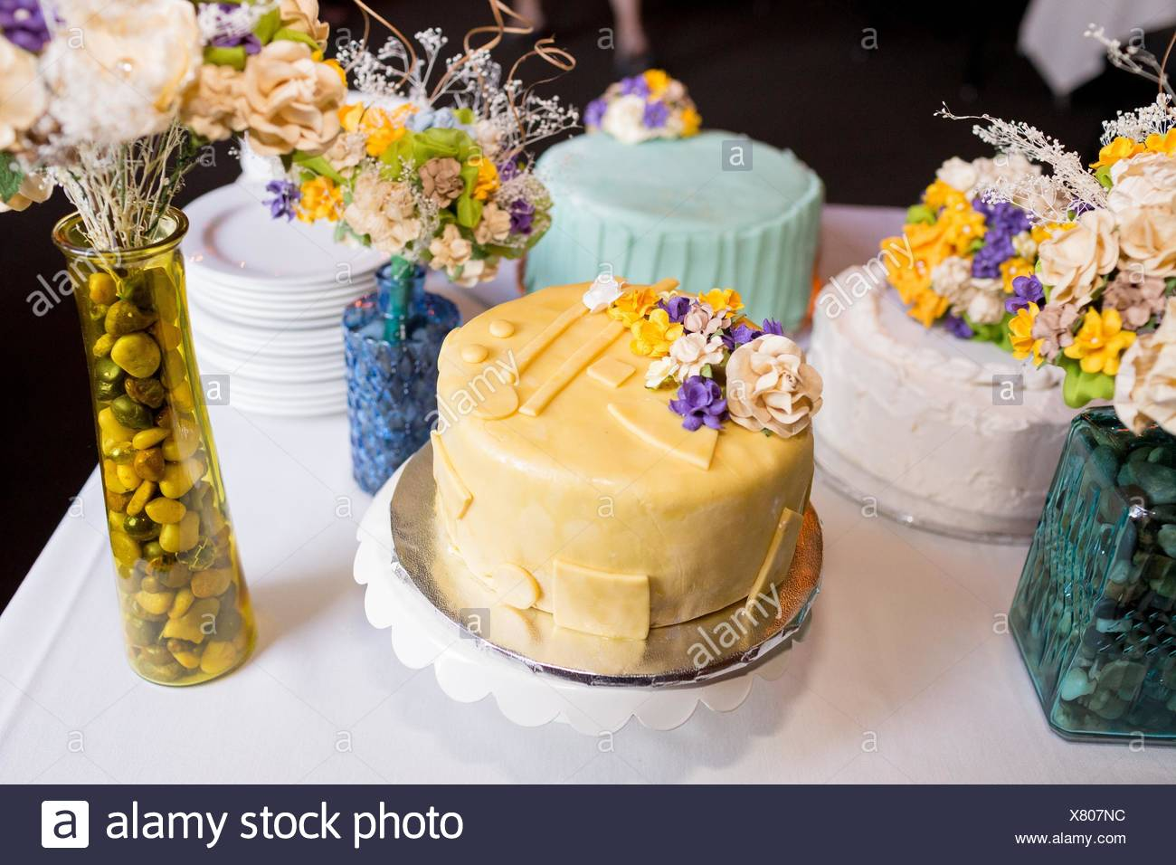 Whimsical wedding cake at a unique reception in Oregon. - Stock Image