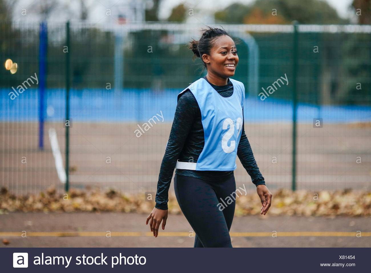 Young female netball player on netball court - Stock Image