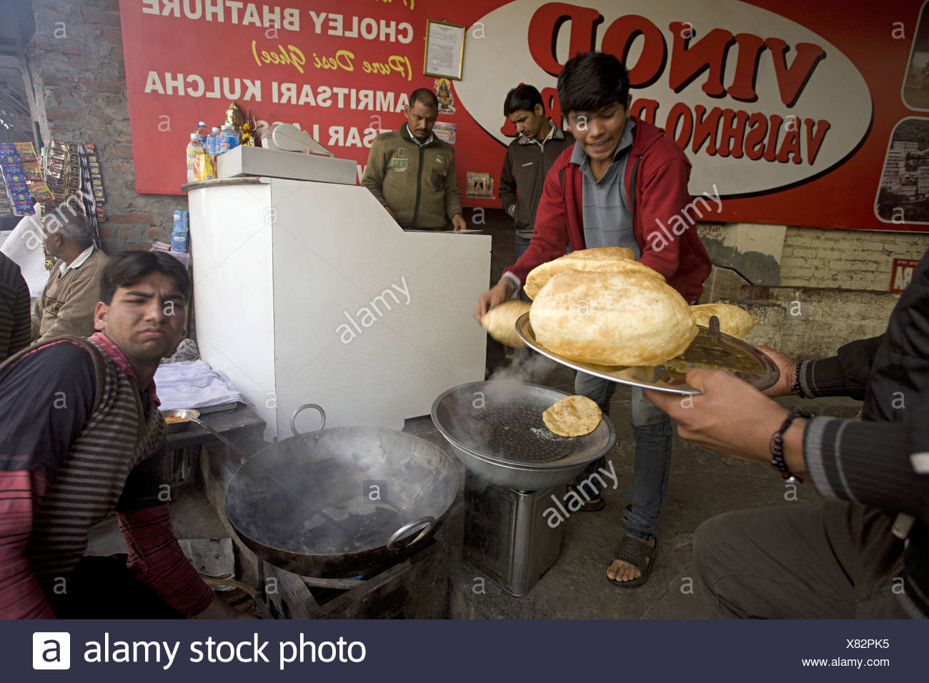 Chole bhature vendor. Chole are spicy chick peas and bhatoora is fried bread (made of maida flour), India - Stock Image