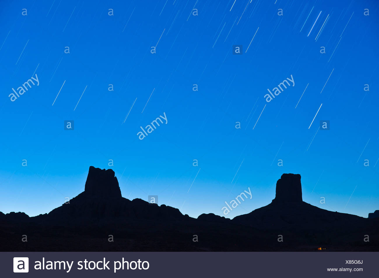 Star-spattered sky over imposing rocks, called Madame and Monsieur, Bab'n Ali, Djebel Sarhro mountains, southern Morocco - Stock Image