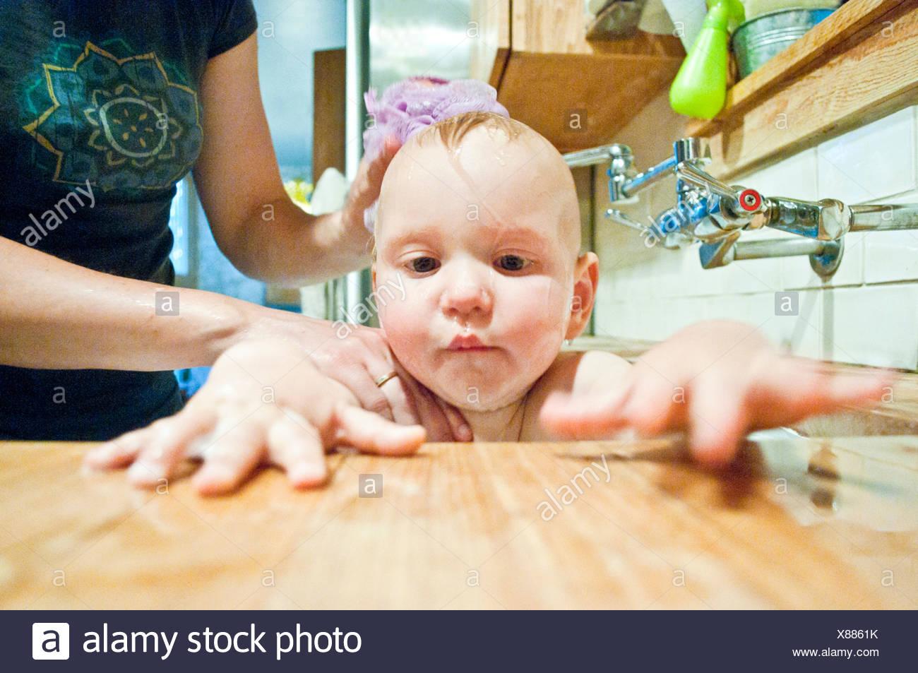 Woman Bathing Baby In Sink Stock Photos & Woman Bathing Baby In Sink ...