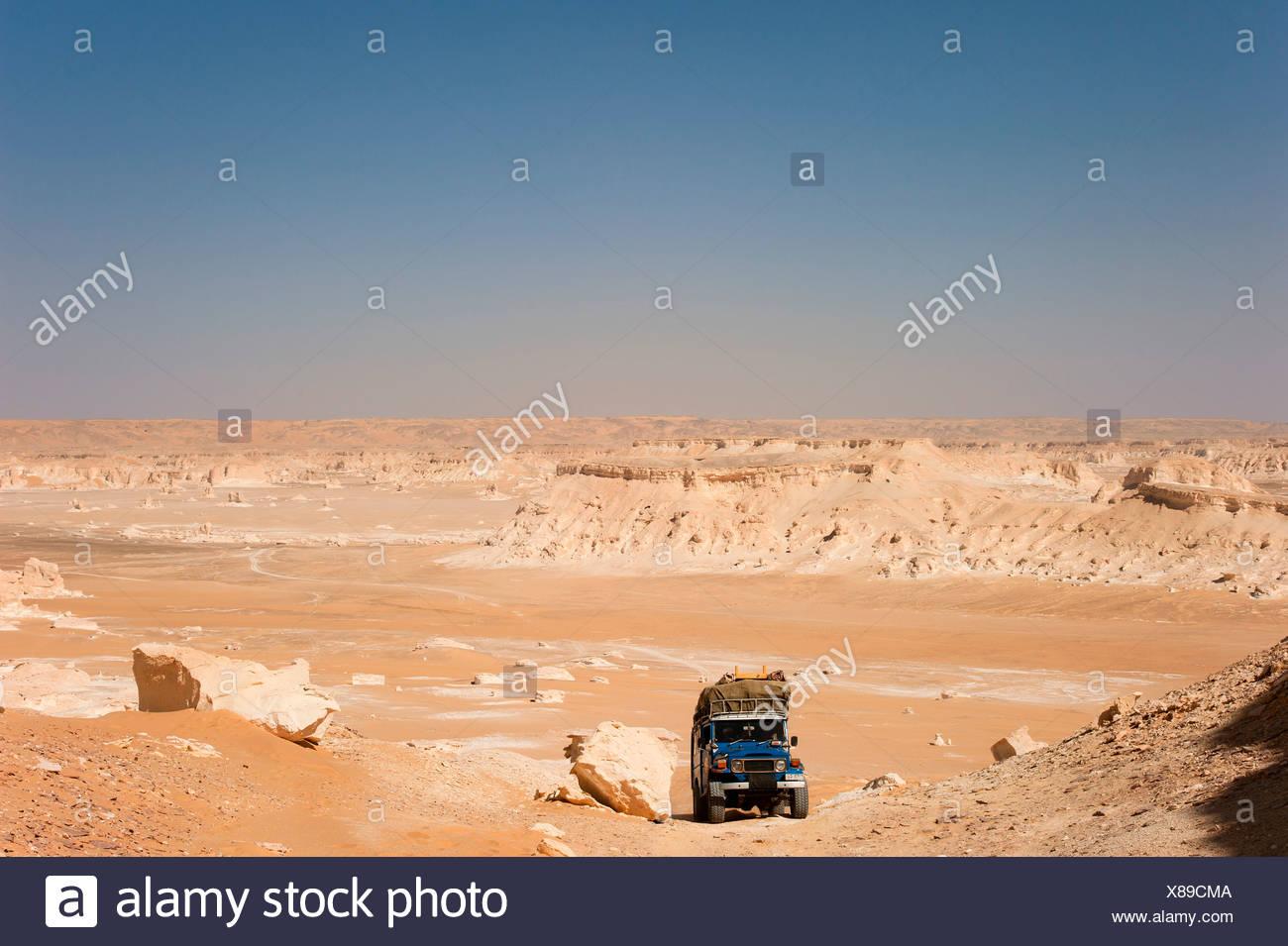 Jeep in the Westside region in the White Desert National Park, Libyan Desert, Sahara, Egypt, North Africa, Africa - Stock Image